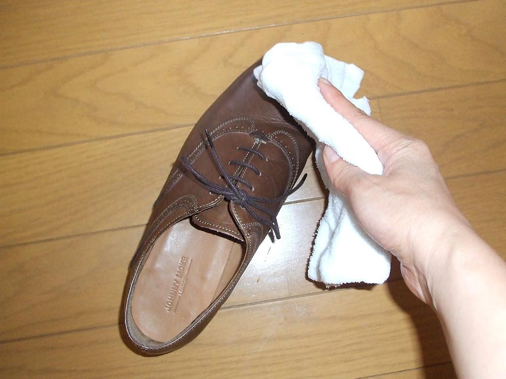 靴洗う 水ぶき