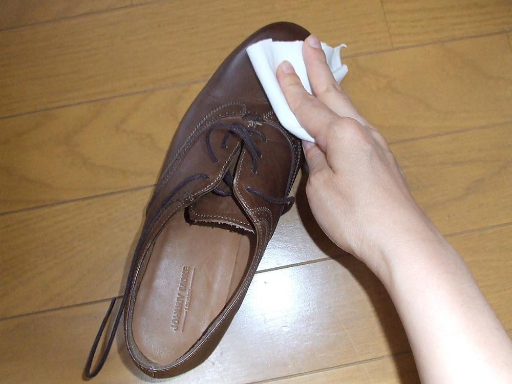 靴洗う クリームを拭き取る