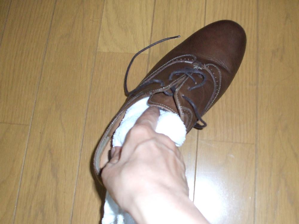 靴洗い 靴の中拭き取る