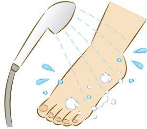 足をシャワーで流す